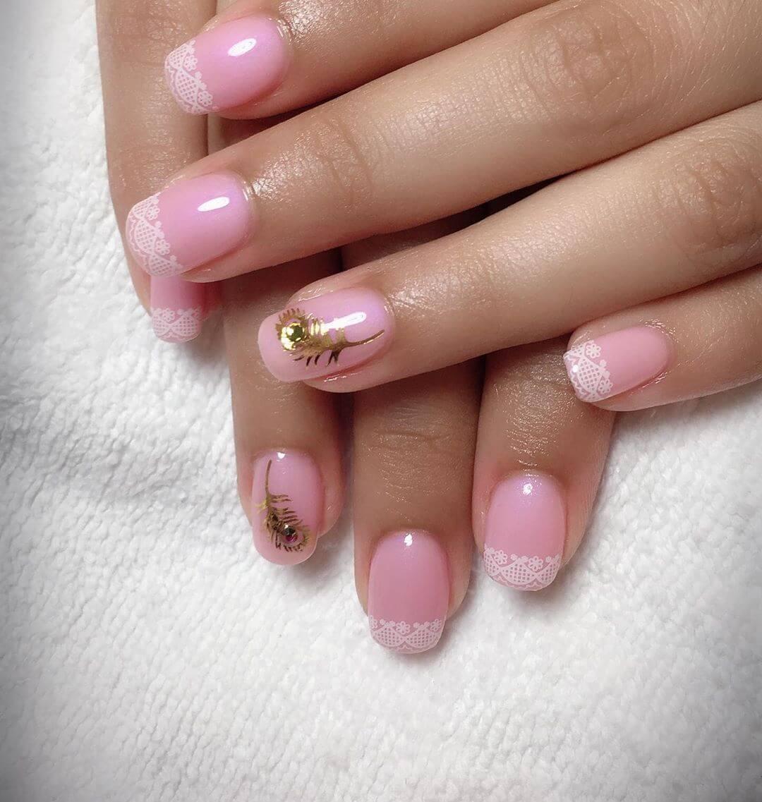 rose avec des ongles de mariage blancs