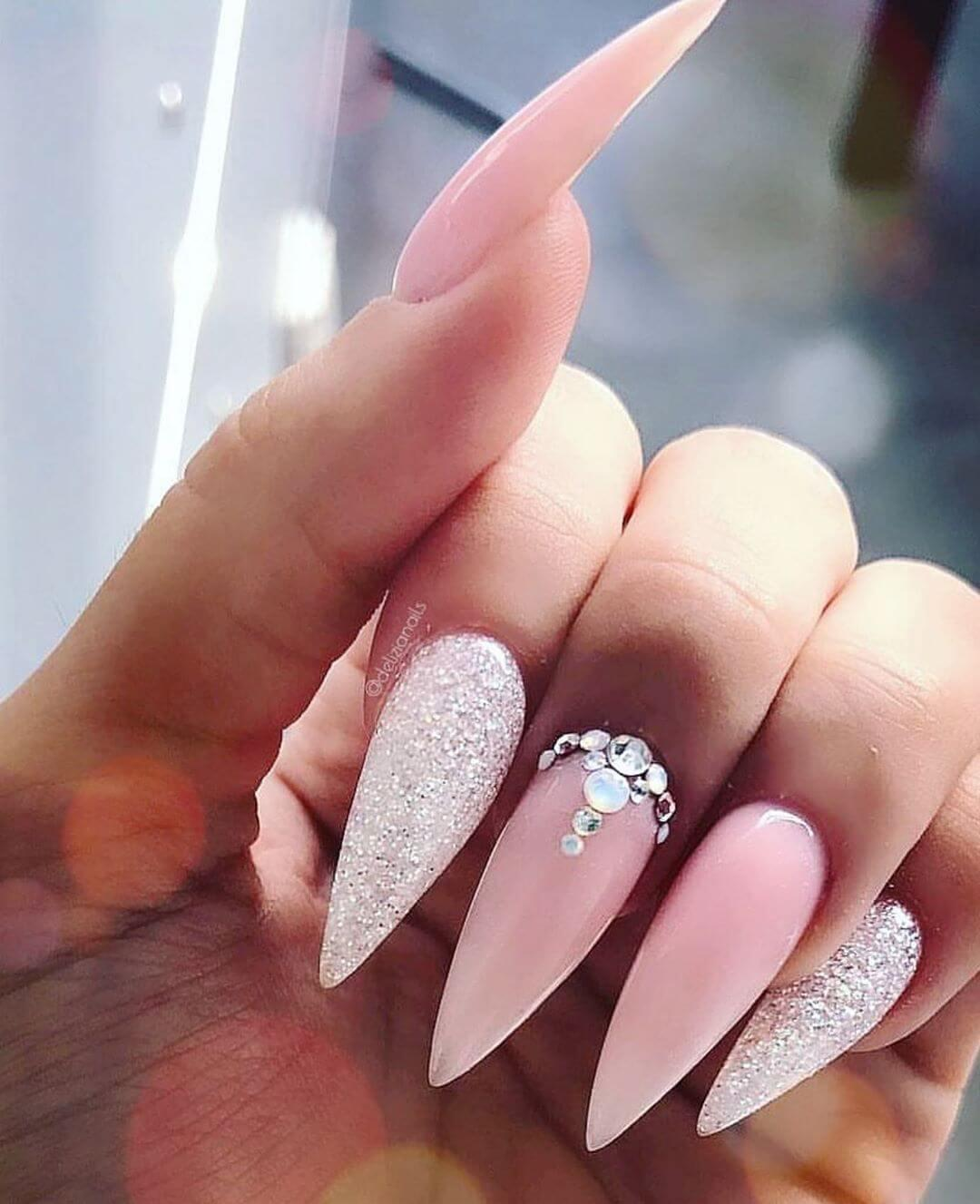 Ongles roses avec pierres